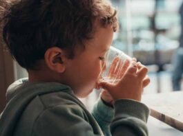 por qué niños deben beber agua